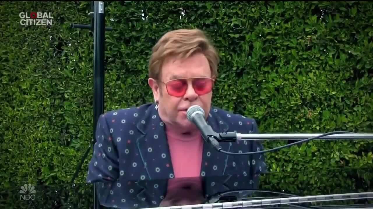 """Elton John trình diễn trong show """"Togerther at home"""""""