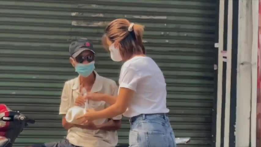 """Kim Tuyến hỗ trợ người nghèo tại """"ATM gạo"""" hôm 21/4"""