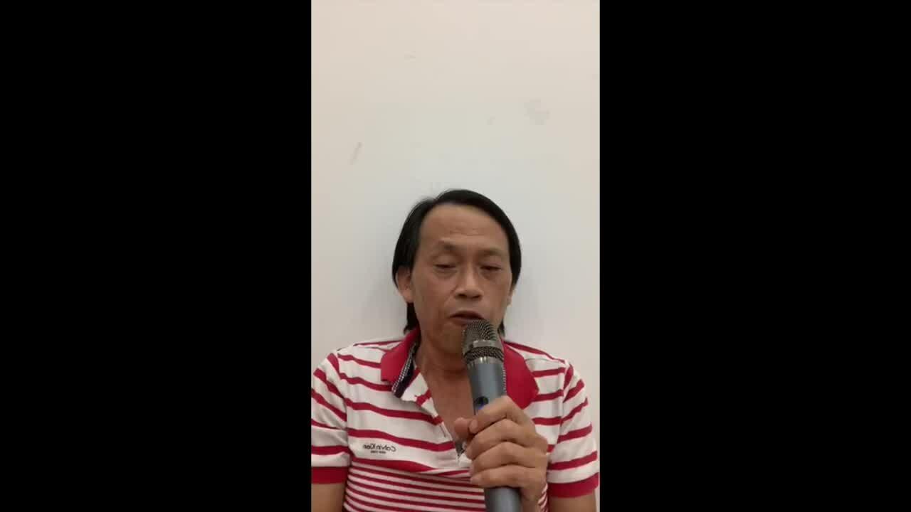 Hoài Linh hát ở nhà
