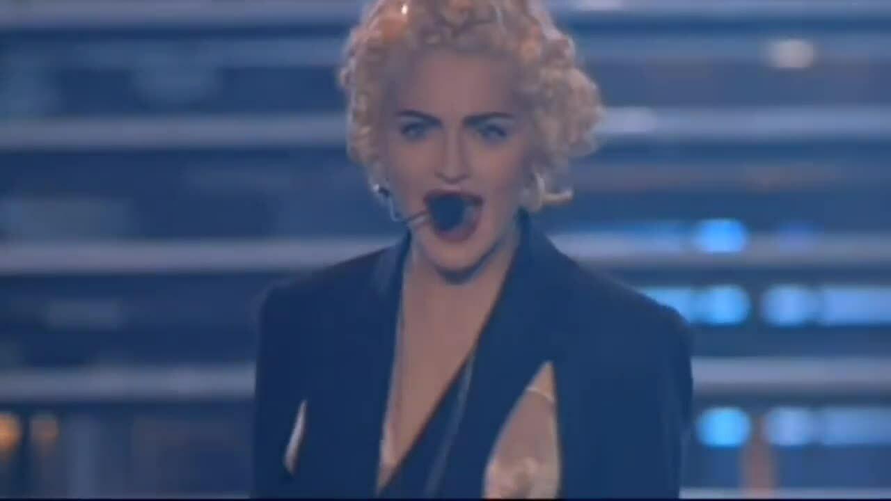 Madonna trong chuyến lưu diễn Blond Ambition năm 1990
