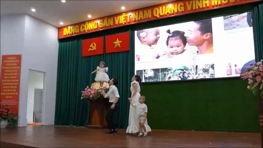 Gia đình Quốc Nghiệp cùng biểu diễn