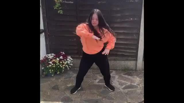 Ellie Goldstein khoe vũ đạo trong vườn nhà