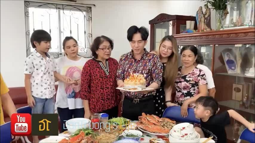 Đan Trường mừng sinh nhật mẹ