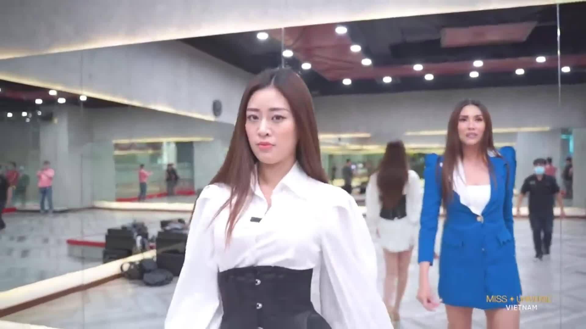 Võ Hoàng Yến dạy catwalk cho Khánh Vân