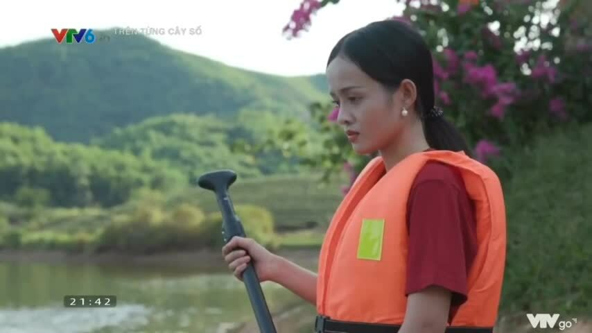 """Thanh Trúc tập chèo ván đứng (sup) trên sông ở Nghệ An trong chương trình """"Trên từng cây số"""""""