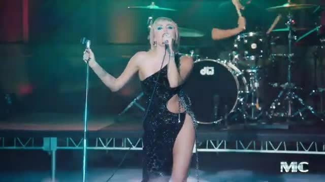 Miley Cyrus diện váy hở bạo của Công Trí