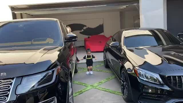 Con gái Kylie Jenner đeo balo 12.000 USD đi học