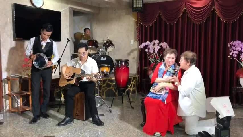 Ngọc Sơn chơi đàn trong tiết mục ca cổ tặng mẹ