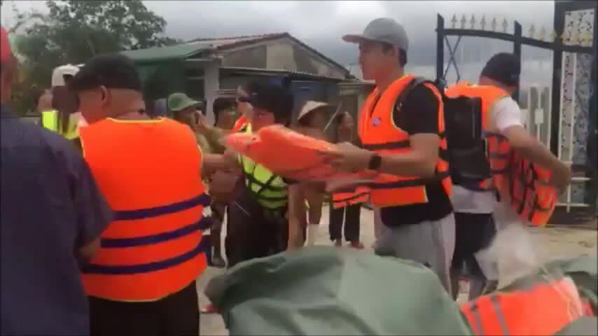 Video vợ chồng Thúy Diễm, Lương Thế Thành hỗ trợ dân vùng lũ
