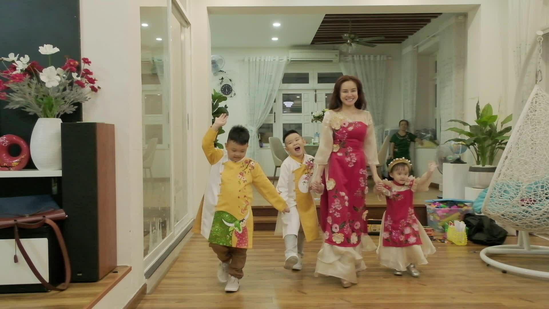 Vy Oanh cùng các con thử áo dài Phương Nguyễn