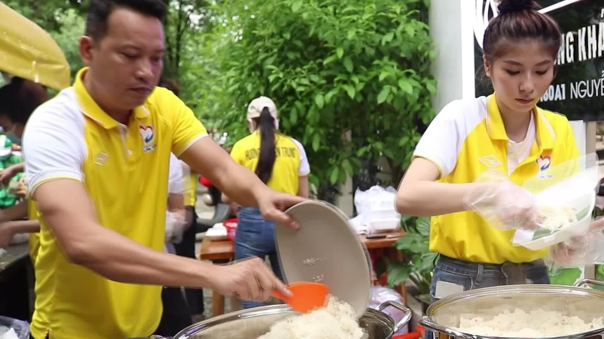 Nghệ sĩ Việt bán xôi ủng hộ miền Trung
