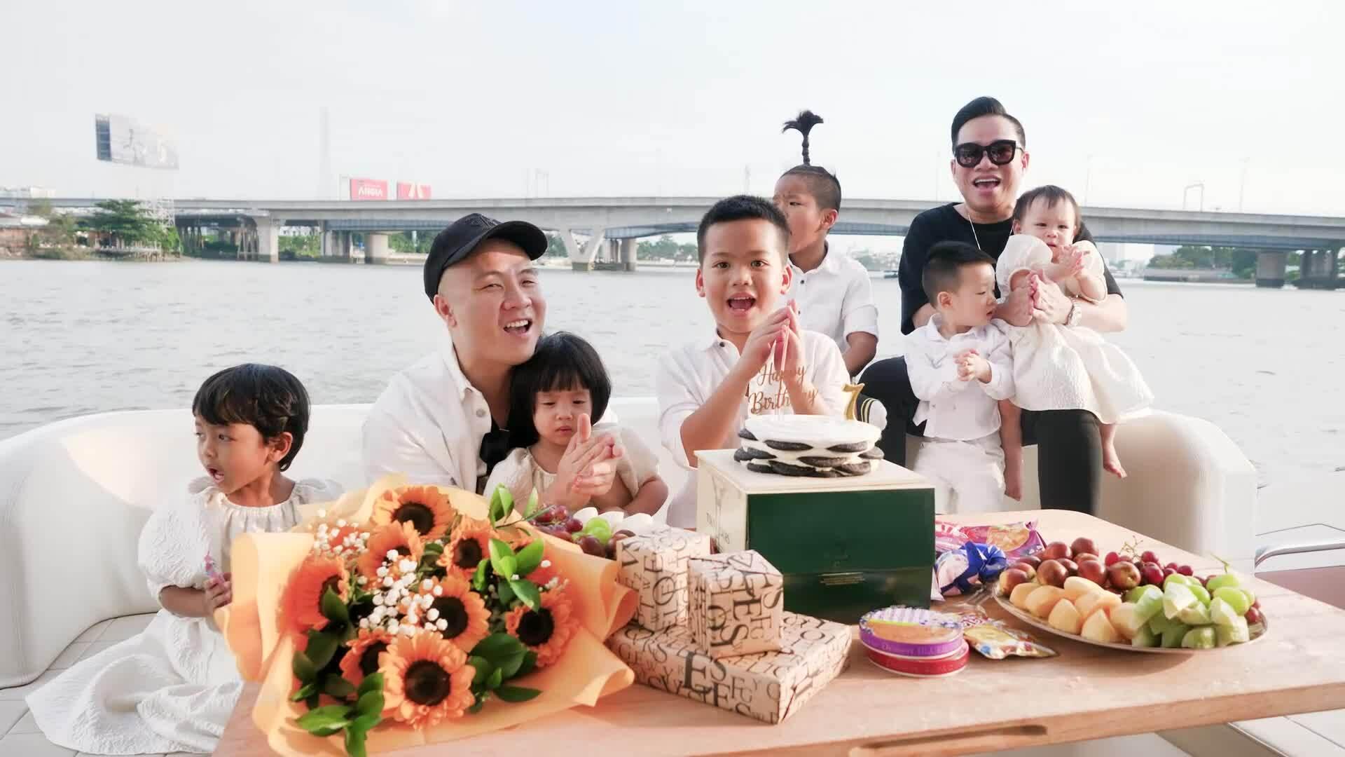 Đỗ Mạnh Cường mừng sinh nhật con trên du thuyền