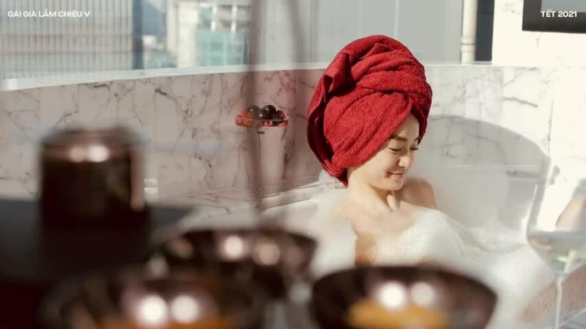 Kaity Nguyễn đóng cảnh tắm ở penthouse