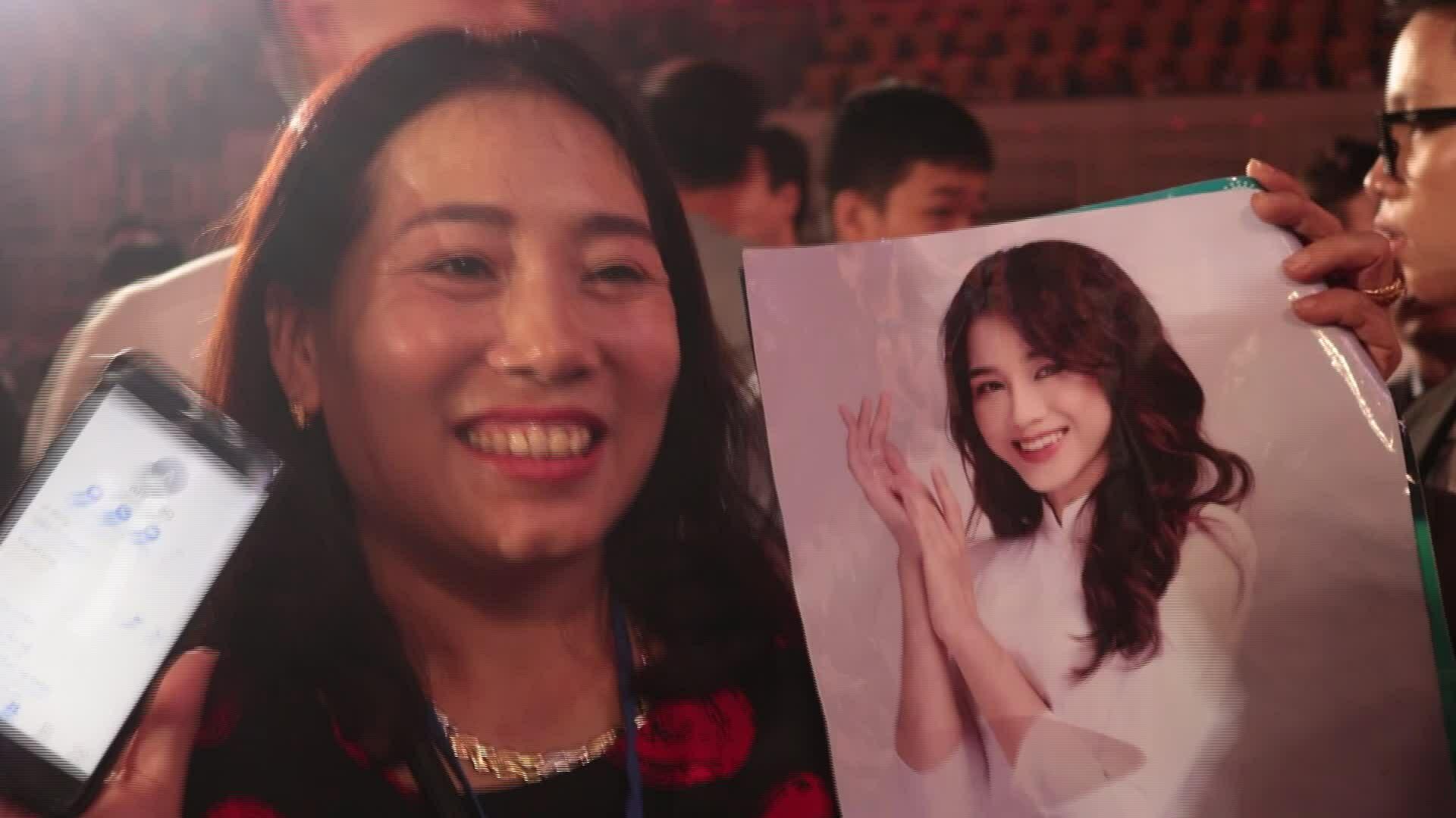 Bố mẹ mừng Đỗ Thị Hà là Hoa hậu Việt Nam