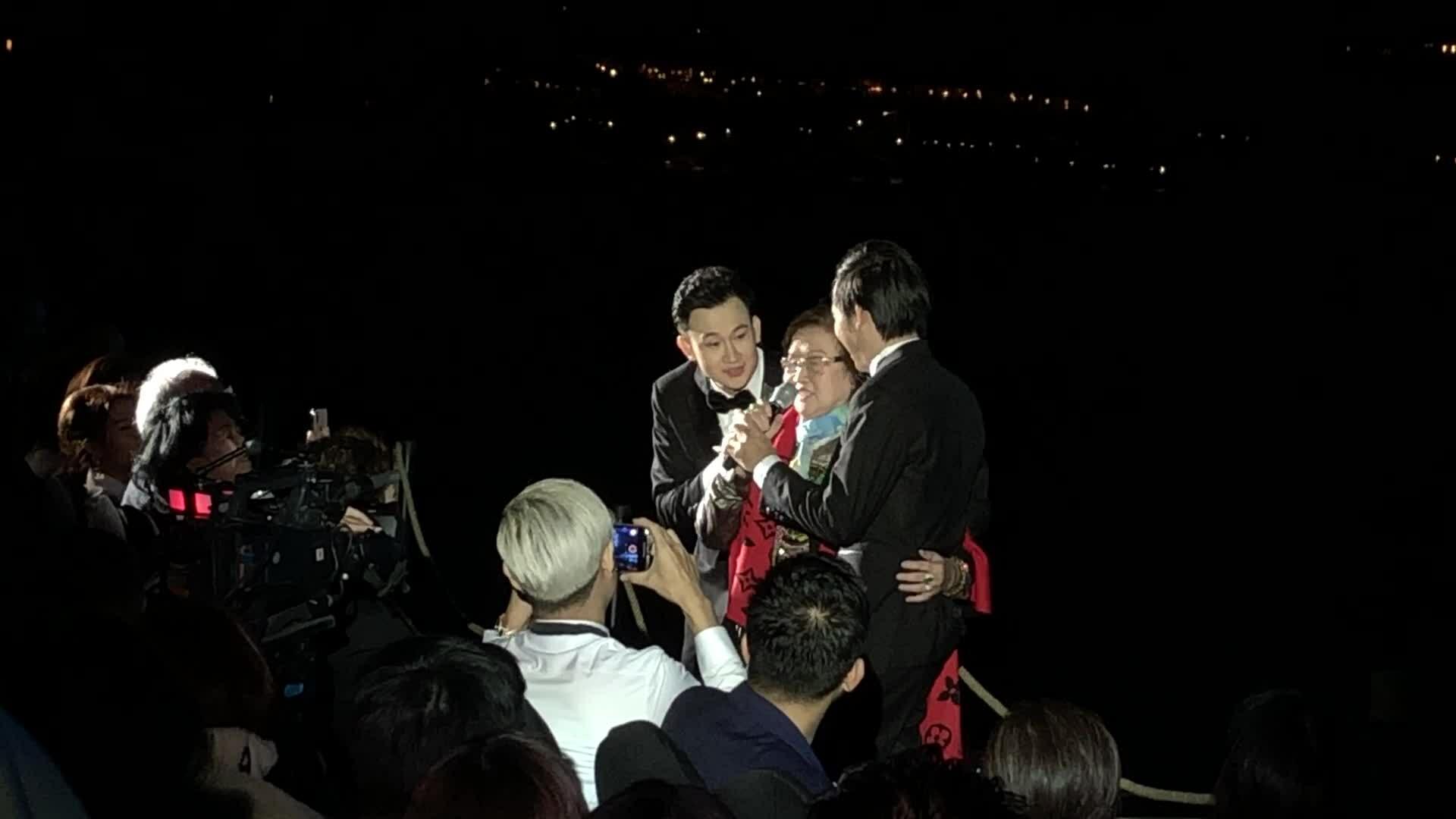 Hoài Linh, Dương Triệu Vũ hát cùng bố mẹ