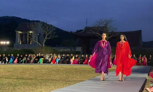 Ba hoa hậu diện váy mỏng catwalk dưới 10 độ C