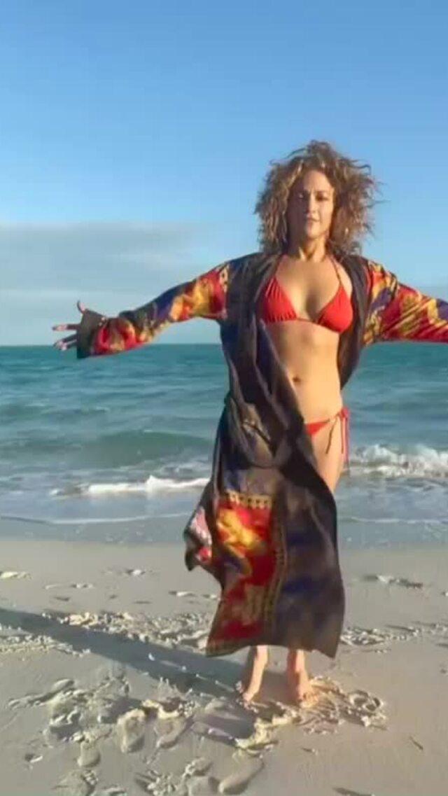 Jennifer Lopez diện áo tắm đầu năm mới
