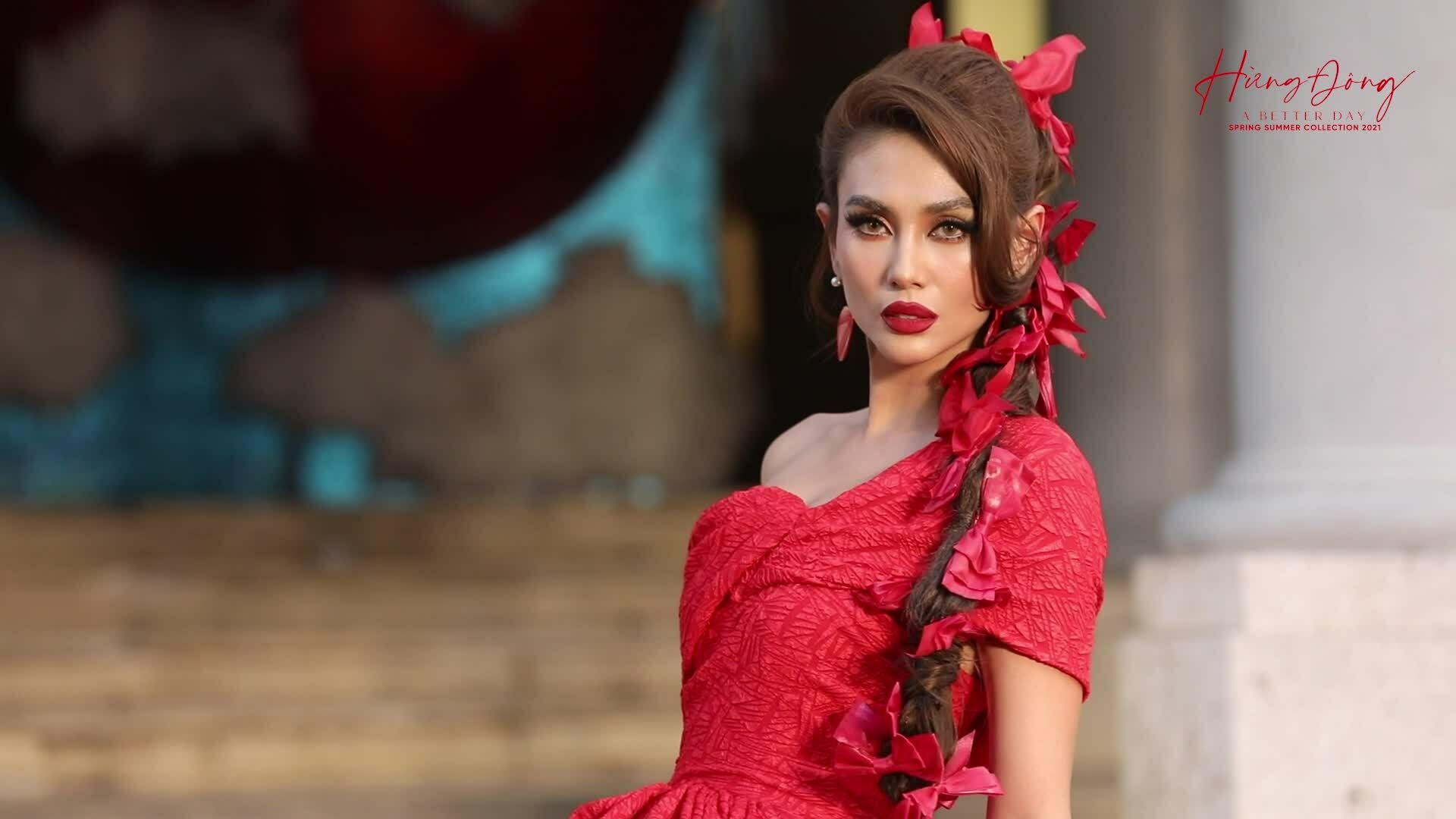 Võ Hoàng Yến catwalk show 'Hừng đông'