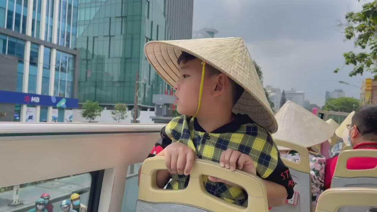 Diễm Hương cùng con trai đi xe buýt ngắm Sài Gòn