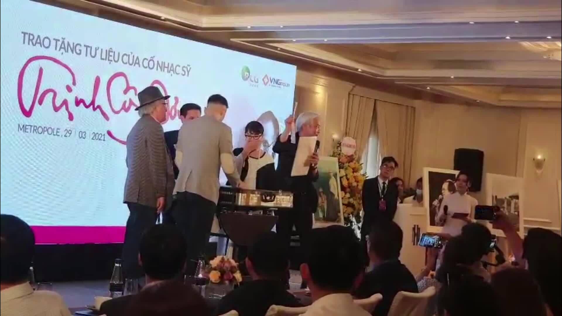 Dương Minh Long trao kỷ vật cho gia đình Trịnh Công Sơn