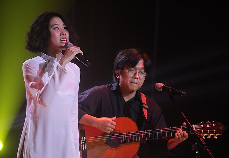 Hoàng Trang, Nguyễn Đông hát 'Dựng lại người, dựng lại nhà'