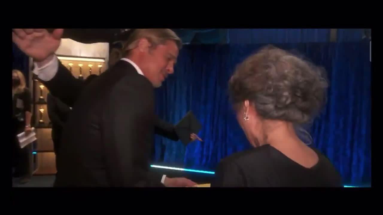 Brad Pitt dắt Youn Yuh Jung rời sân khấu