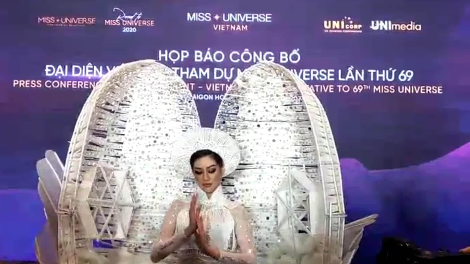 Khánh Vân trình diễn trang phục dân tộc tại họp báo