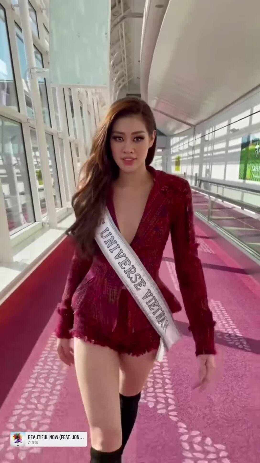 Khánh Vân catwalk với đồ bảo hộ