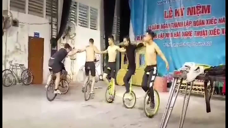 Nghệ sĩ xiếc tập luyện