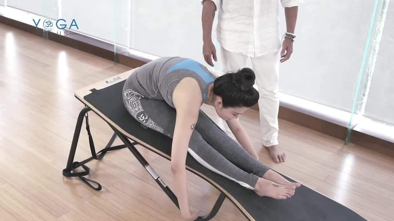 Hoa hậu Thu Thủy tập yoga trên mặt nghiêng