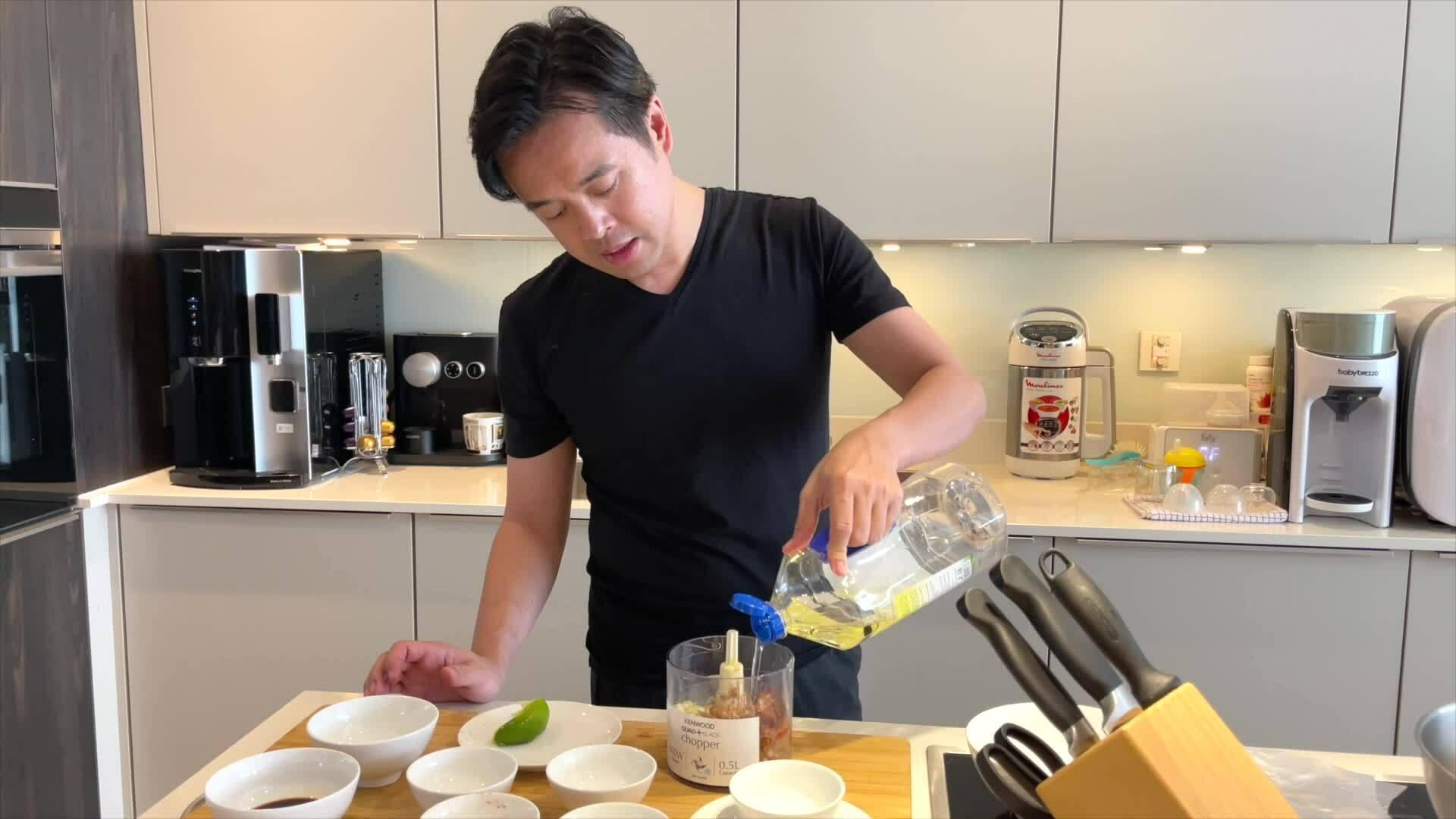 Dương Khắc Linh nấu món gà nướng Indonesia