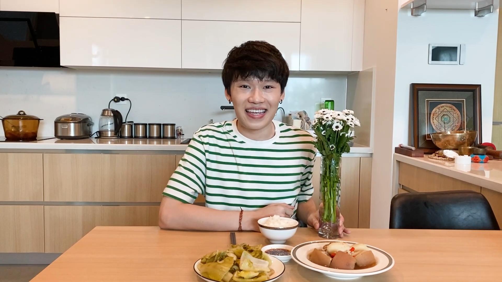 Quang Trung thử thách vào bếp, cắm hoa