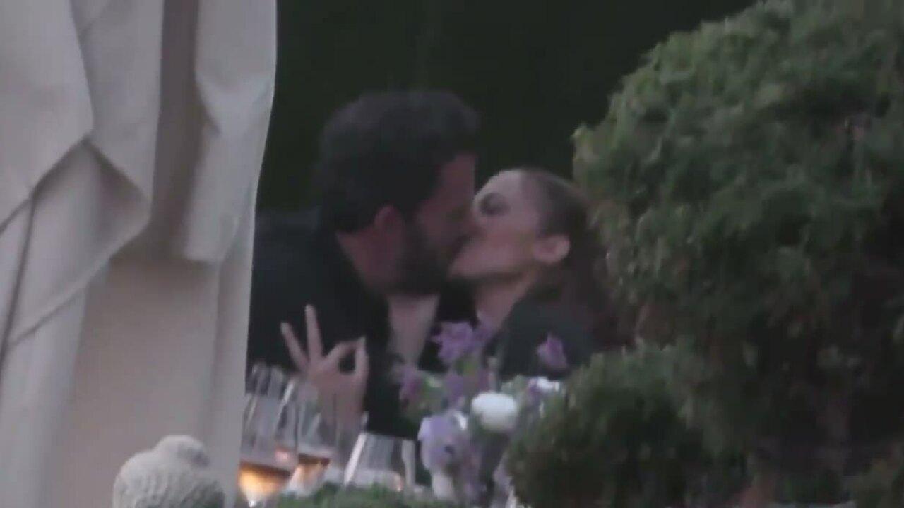 Ben Affleck và Jennifer Lopez hôn