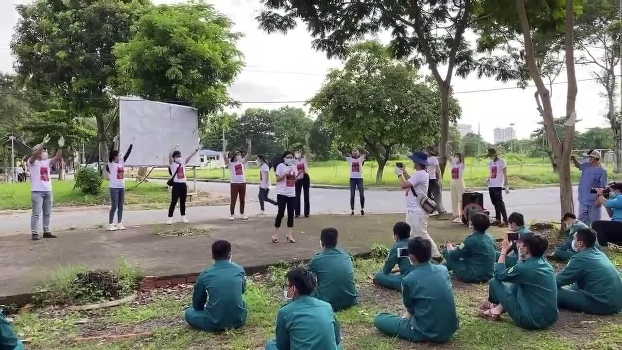 Nghệ sĩ bắc loa kẹo kéo hát cổ vũ ở khu cách ly