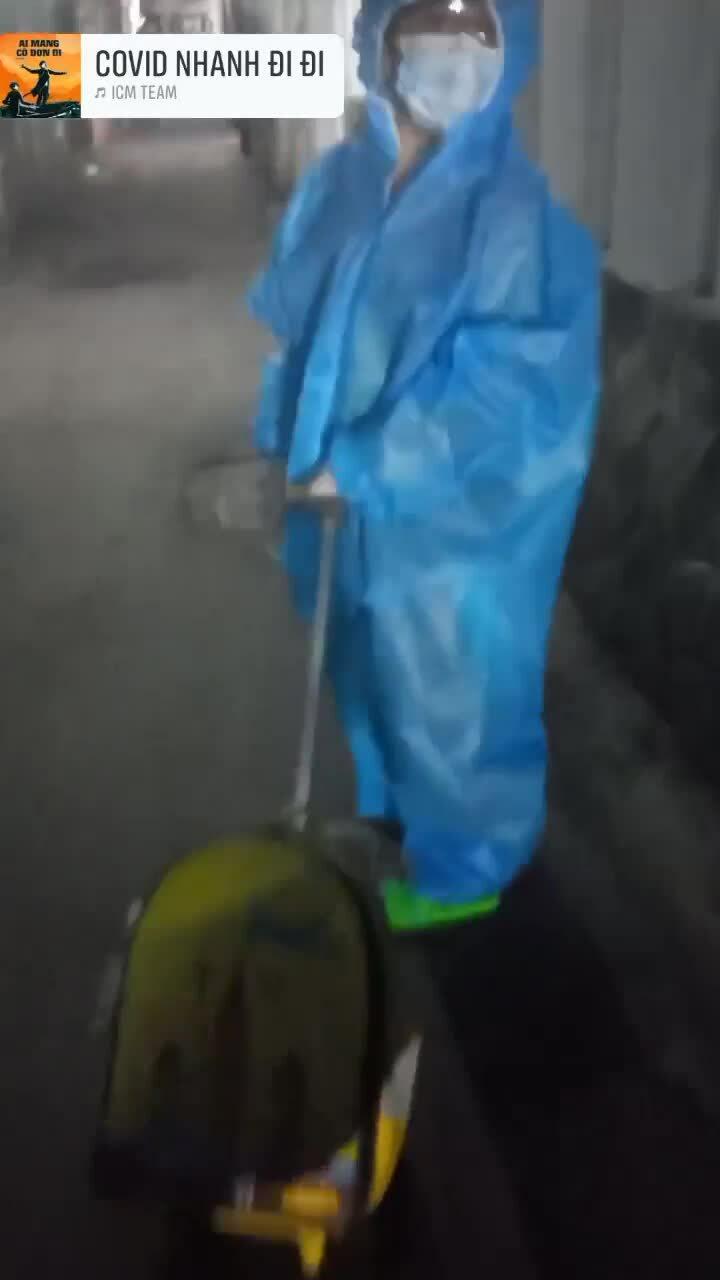 Con trai Kim Đào tự kéo vali trong khuya khi được đưa đi cách ly