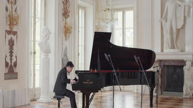 Nguyễn Việt Trung chơi piano