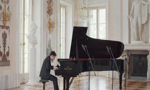 Nguyen gra na pianinie Viet Trung