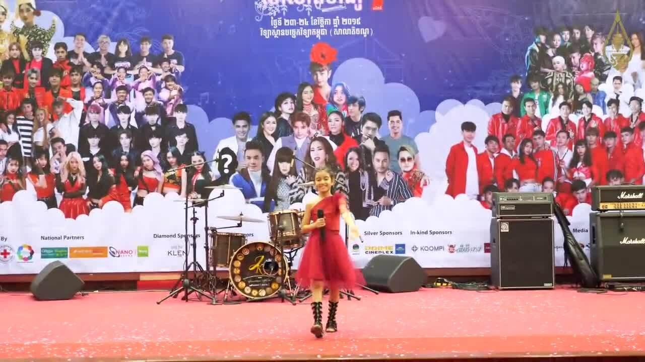 Công chúa 10 tuổi được chào đón khi trình diễn tại trường học