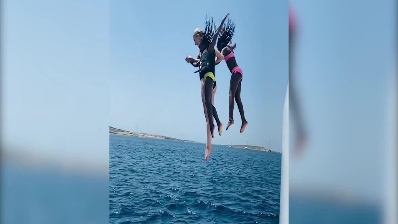 Charlize Theron và các con nhảy xuống biển