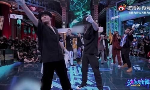 Nguyễn Võ Minh Tuấn nhảy cùng đội trưởng Trương Nghệ Hưng