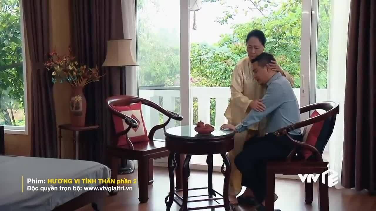 """Ông Khang ôm bà Dần trong phim """"Hương vị tình thân"""""""