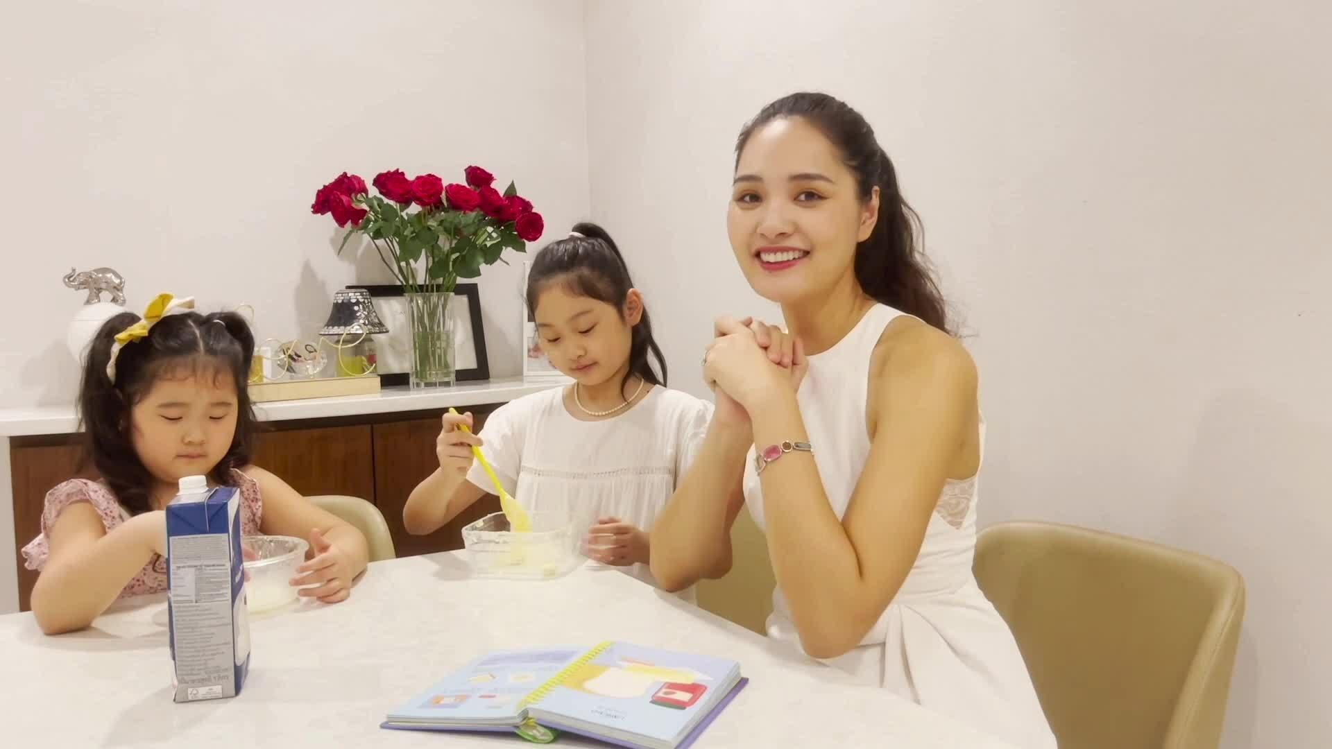 Con gái Hương Giang cùng mẹ làm bơ