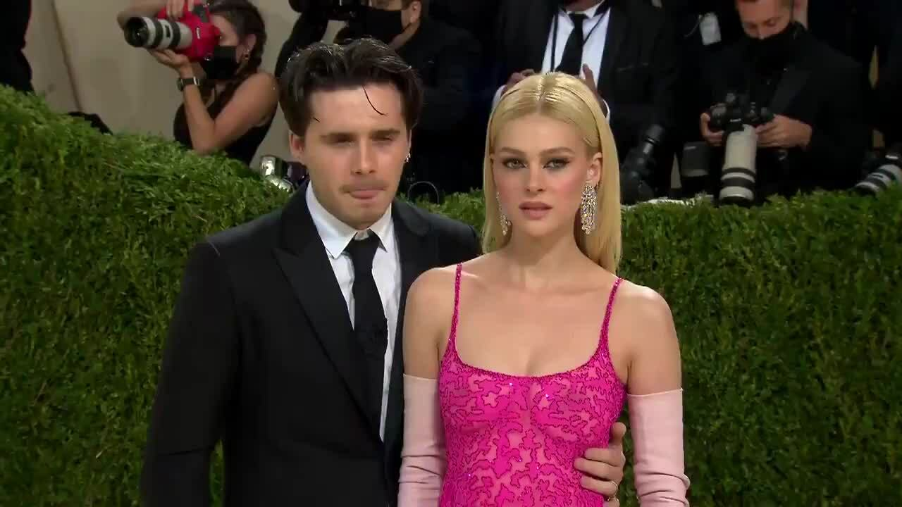 Brooklyn Beckham hôn Nicola Peltz ở Met Gala 2021