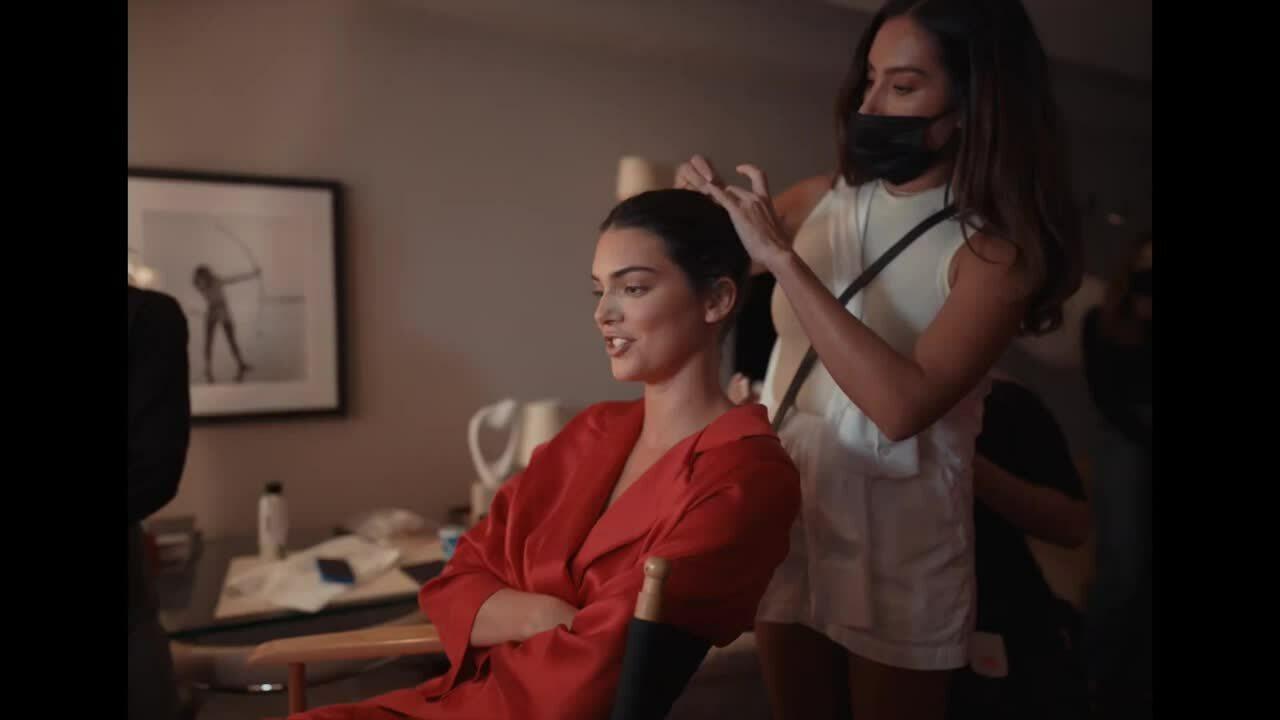 Hậu trường Kendall Jenner chuẩn bị cho Met Gala 2021