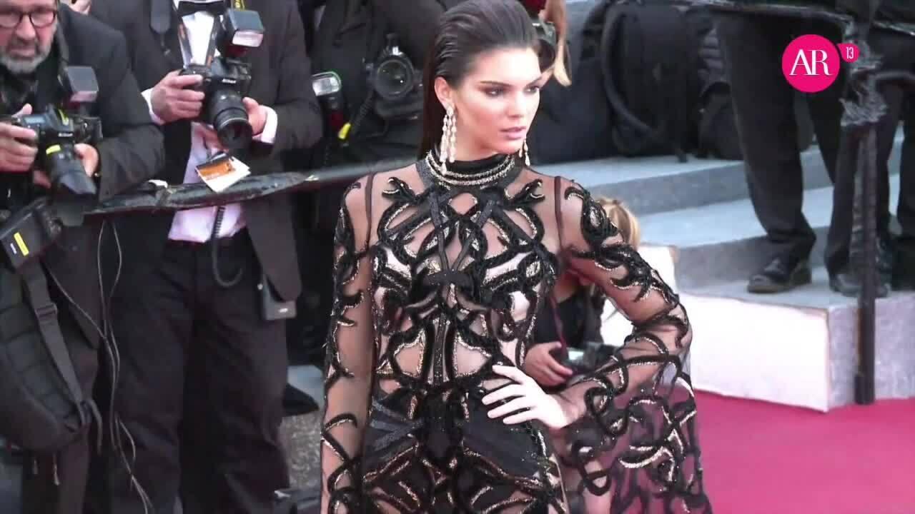 Kendall Jenner - 'nữ hoàng' váy xuyên thấu