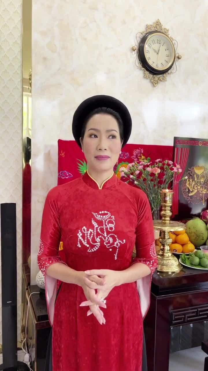 Nghệ sĩ Trịnh Kim Chi giãi bày bên mâm cúng tổ tại gia