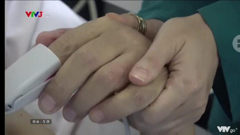 Vợ Trần Mạnh Tuấn thăm chồng sau khi anh phục hồi đột quỵ