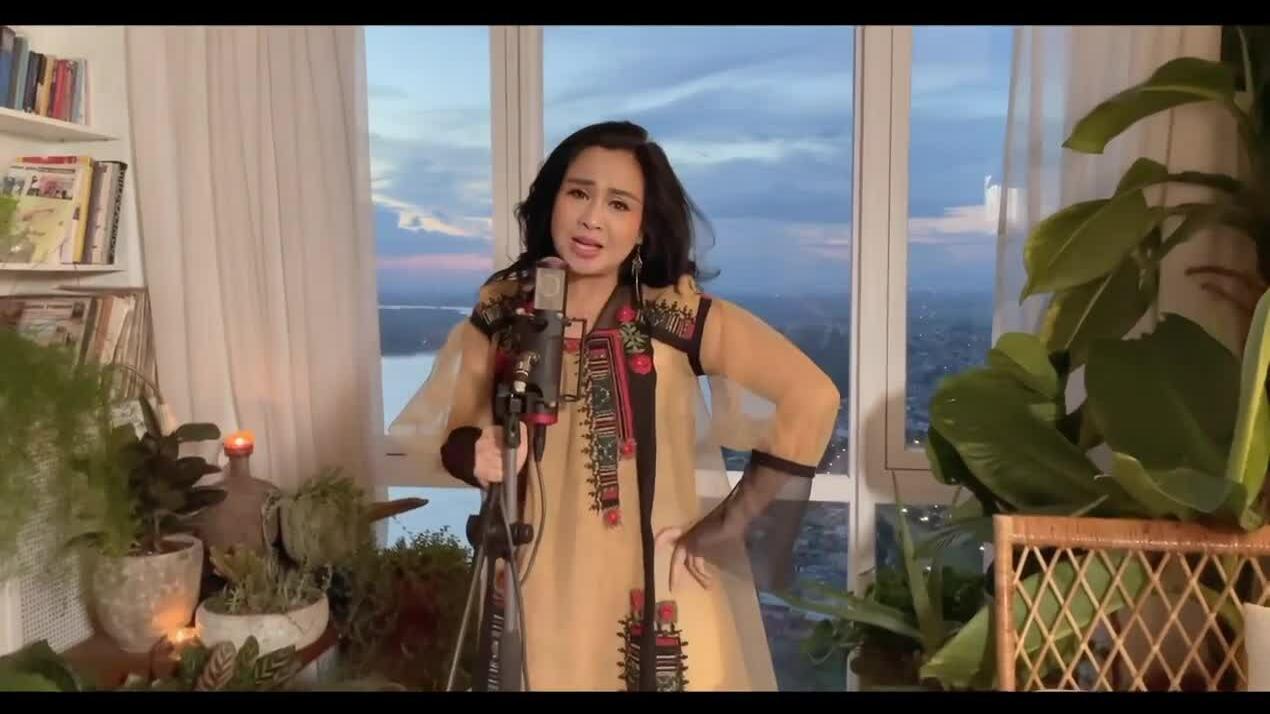 Thanh Lam sings