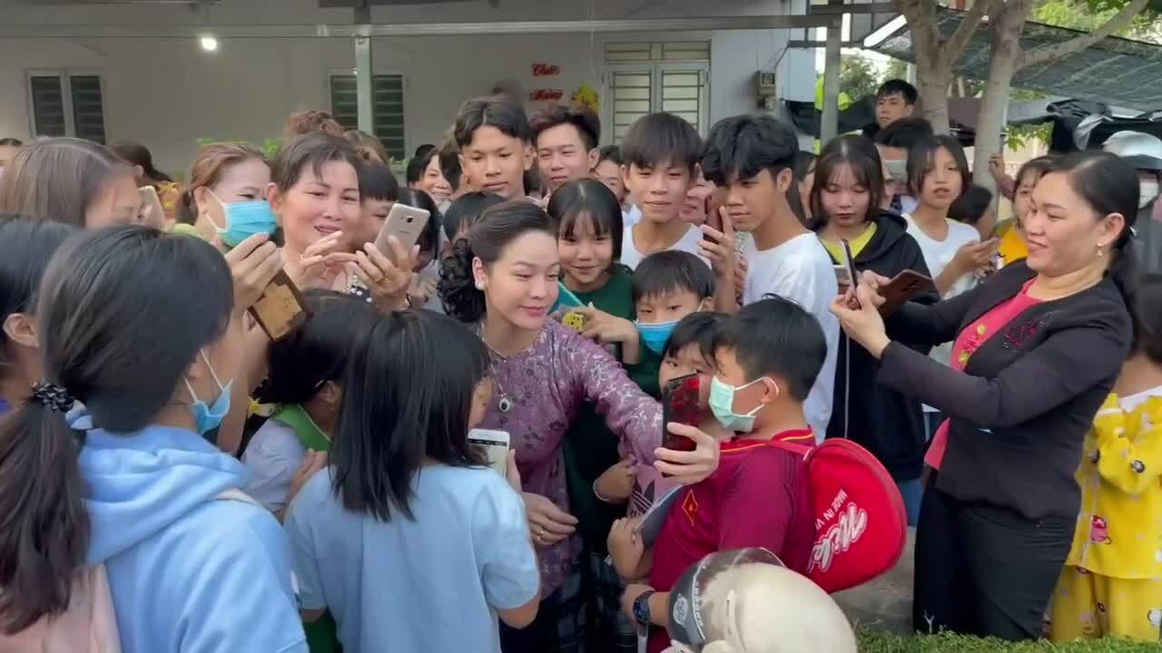 """Khán giả miền Tây vây quanh Nhật Kim Anh trên phim trường """"Lưới trời"""""""