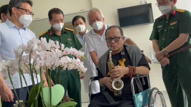 Trần Mạnh Tuấn thổi 'Diễm xưa' trong bệnh viện